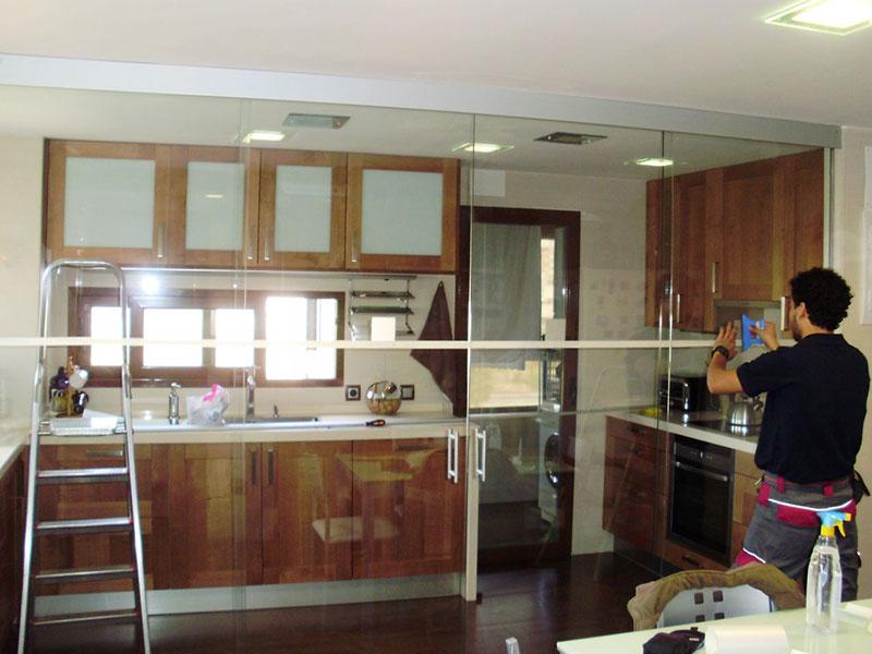 ejemplo de cocina con puerta de cristal corredera