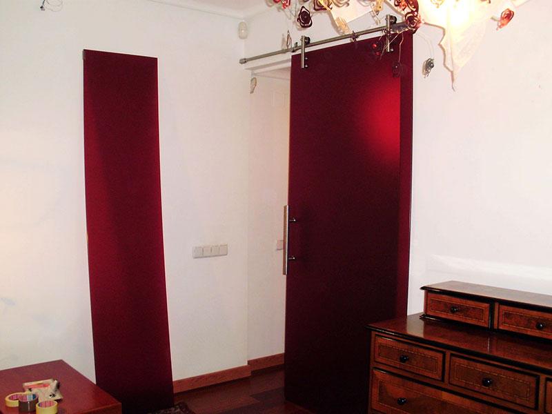 puerta de cristal color burdeos